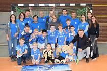 Mladé talenty z Mosteckého fotbalového klubu podporovali na turnaji v Německu i rodiče. Zlatý mostecký tým se pak společně s rodiči i vyfotil.