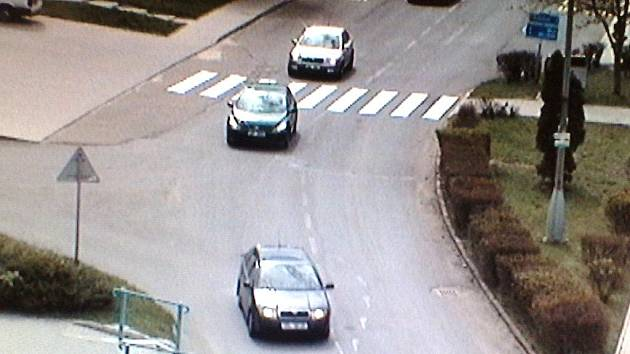 Doprava v Bečově kvůli objížďkám zhoustla. Záběr z tamního kamerového systému.