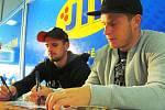 Hokejisté Rostislav Martynek a Filip Pavlík při autogramiádě.