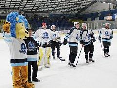 Mostečtí hokejisté děkuji po zápase s Louny fanouškům. Kapitán Aleš Havlůj je zcela vpravo.