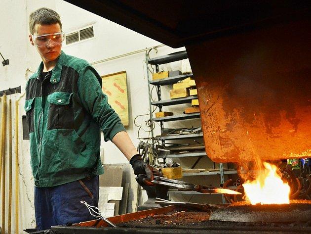 Studenti Střední průmyslové školy v Mostě se učí i v kovárně. Technické obory mají podle odborníků budoucnost.