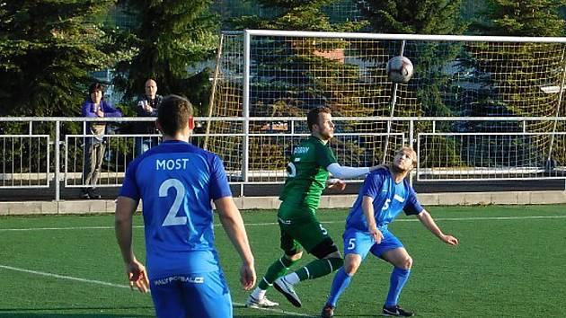 Mostecký výběr (v modrém) v úspěšném zápase.