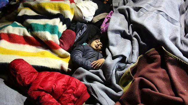 Malý chlapec spí na hraničním přechodu Bekasovo-Bapske, kde pomáhají čeští dobrovolníci. Je to na srbsko-chorvatské hranici.
