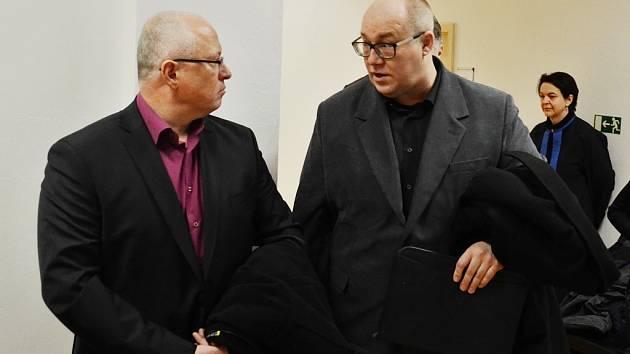 Zaměstnanci Unipetrolu Jan Doskočil a Václav Macal čelí obžalobě z obecného ohrožení z nedbalosti za postup při řešení havárie v litvínovské chemičce v srpnu 2015. Oběma pomáhá známý advokát Tomáš Sokol.