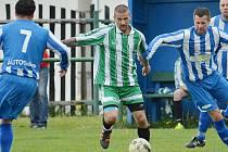 Nejlepší střelec okresního přeboru Vladimír Holý (u míče).