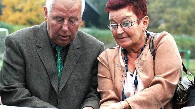 Josef Masopust a náměstkyně mosteckého primátora Hana Jeníčková zahajují provoz fotbalové akademie.