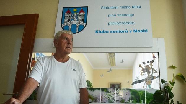 Zakladatel SKS Josef Houška. Nyní navíc opět začal trénovat mladé fotbalisty v Mostě.