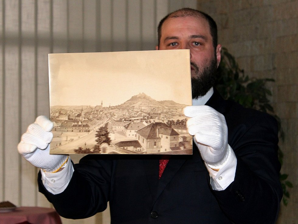Otevření schránky se chopil ředitel muzea Michal Soukup
