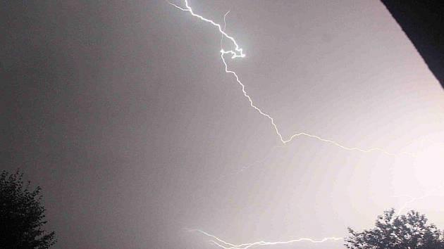 Blesky rozzářily noční oblahu nad Mosteckem