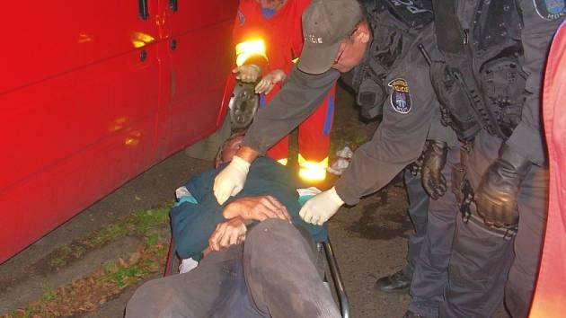 Opilý muž, kterému strážníci poskytli první pomoc při krvácení z temene a z ucha.