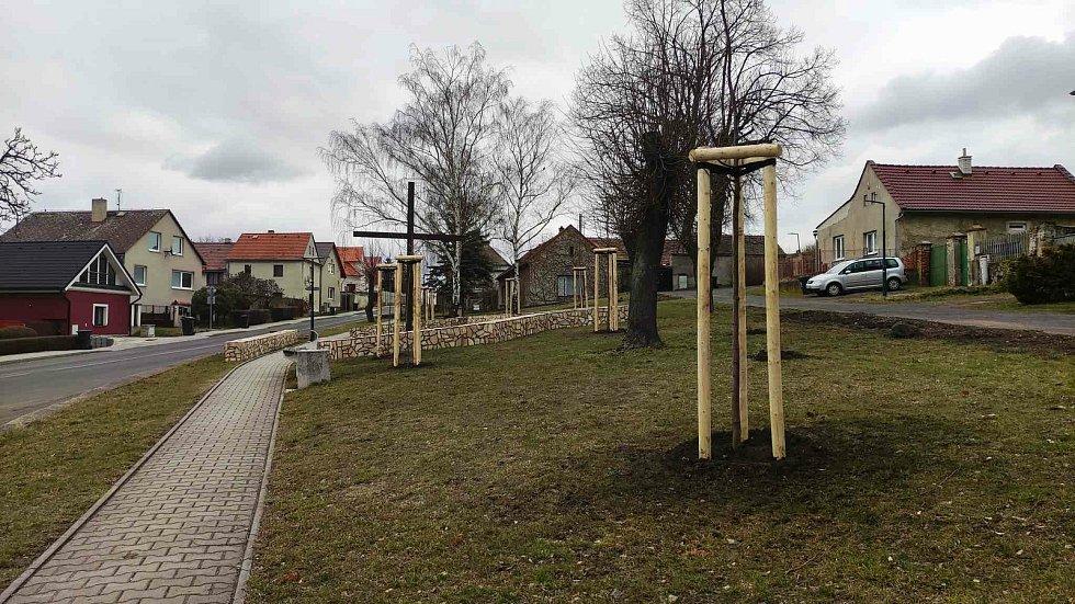 V obci Patokryje nedaleko Mostu pokračují s obnovou místní zeleně
