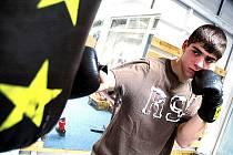 Mostecký boxer Dušan Chromý při tréninku ve sportovní hale, kde mají rohovníci svou tělocvičnu.