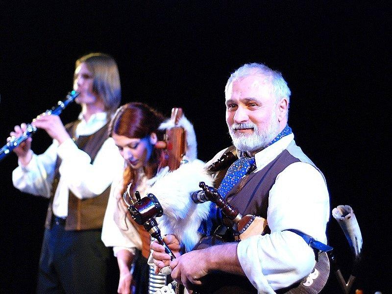 Otto Liška jako dudák při předvánočním koncertu.