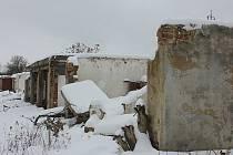 Devastace garáží v Komořanech je téměř dokončena. Už není víc co zničit.