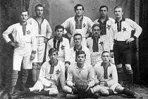 Poznáte fotbalové mužstvo na našem snímku?
