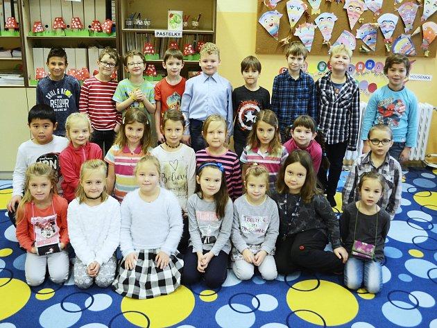 Žáci 1.B Základní školy srozšířenou výukou jazyků Litvínov. Třídní učitelka Vladimíra Kyselová byla vdobě focení nemocná.