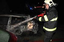 Hasiči likvidují požár zaparkovaných aut