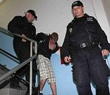 Strážníci odvážejí agresivního mladíka, který zničil byt a napadl rodiče