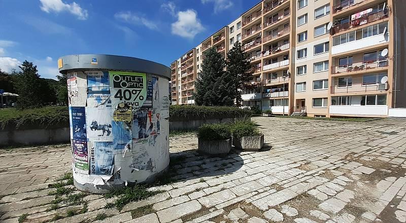 Stará betonová skruž na plakáty v ulici Moskevská.