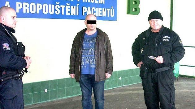 Lékař Jaromír Česák, když jej chytili policisté opilého za volantem.