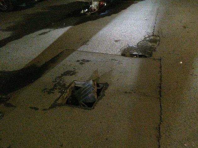 Poškozený poklop v ulici Ve Dvoře v Mostě. Mohl stát někoho zdraví nebo pěkných pár korun za opravu poničeného auta