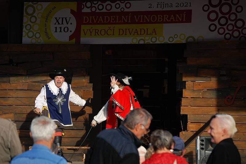 Vinobraní v centru Mostu připomnělo 110 let od vzniku městského divadla.