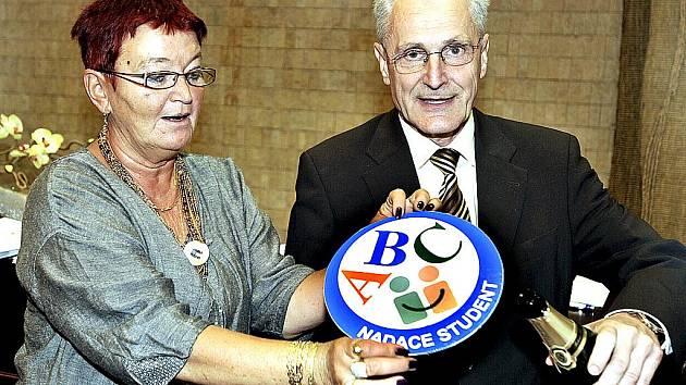Nové logo Nadace Student představuje náměstkyně primátora města Mostu Hana Jeníčková a Vladimír Rouček, generální ředitel Vršanské uhelné.