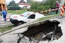 V Povrlech se v roce 2009 propadlo auto na silnici.