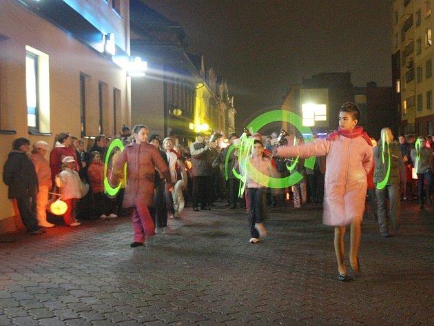 Součástí lampionového průvodu byl i pochod mažoretek.