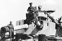 Třebušický rodák Karel Alt (zcela vlevo) pózuje s dalšími československými vojáky u zničené italské lodi v tobrúckém přístavu.