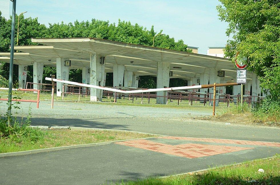 Opuštěné autobusové nádraží, přes které se chodí do Mostu. Na jaře, v době výstavby chodníku Most-Chánov, se tam objevila závora.