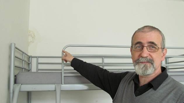 Blahoslav Číčel ukazuje na důsledek zatékání.