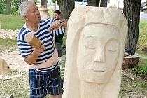 Jeden ze sochařů při práci v Poleradech.