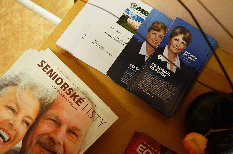 Volby v Mostě v pátek 20. října. Stoleček s letákem ODS v Domově pro seniory v ulici Antonína Dvořáka v Mostě