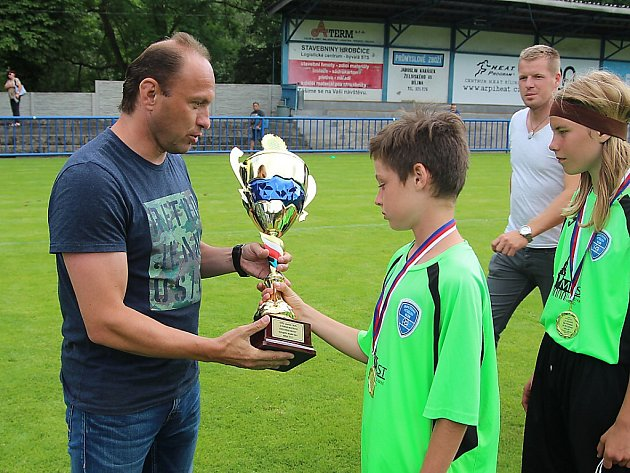 Ikona FK Teplice Pavel Verbíř předává pohár za poraženého finalistu hráčům MFK.