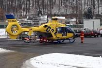 Pro chlapce přiletěl vrtulník k litvínovskému Tescu.