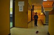 Čtyřletý Matyáš si hraje u volební místnosti, kam přišel s babičkou.