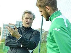 Německý trenér Wolfgang Jerat diskutuje se svým krajanem a hráčem Baníku Most Gramozem Kurtajem.