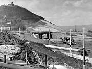 Při výstavbě chodníku v Obrnicích v roce 1977 bylo veselo