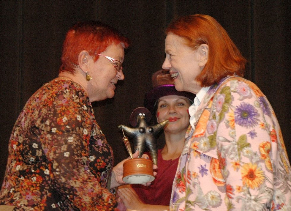 Iva Janžurová obdržela v Mostě cenu Forever Young. Cenu jí předala náměstkyně primátora Hana Jeníčková.