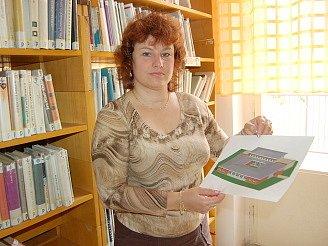 Ředitelka knihovny Marcela Güttnerová ukazuje projekt multifunkční knihovny.