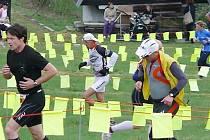 Závodníci při běžecké části letošního Krušnoman.