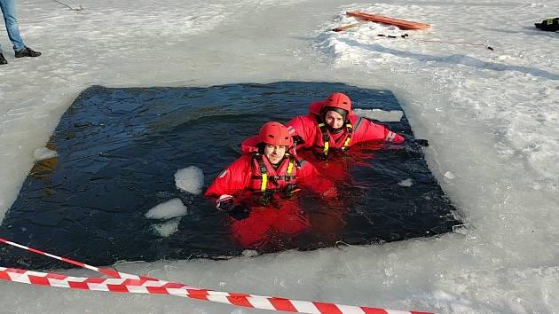 Litvínovští dobrovolní hasiči v sobotu cvičili zchranu osoby z ledu.