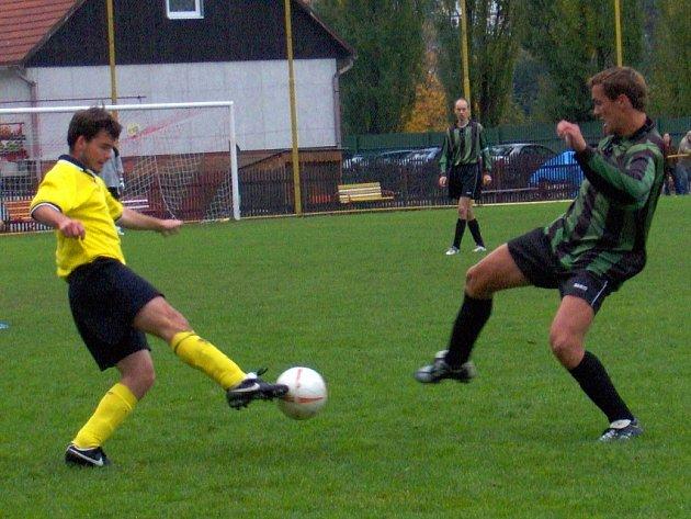 Mezibořští fotbalisté (žluté dresy) v utkání se Strupčicemi uhráli remízu 2:2.