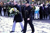 Mostecký primátor Jan Paparega a poslanec Vlastimil Vozka kráčejí s kyticí k oseckému památníku obětem důlní katastrofy.