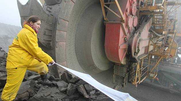 Aktivisté Greenpeace protestují proti těžbě uhlí.