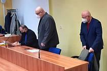 Dvojice obžalovaných u soudu 23. února 2021. Obhájcem je Tomáš Sokol
