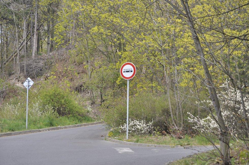 Asfaltová cesta na vrch Hněvín s ostrou zatáčkou v podhradí se má stavebně upravit