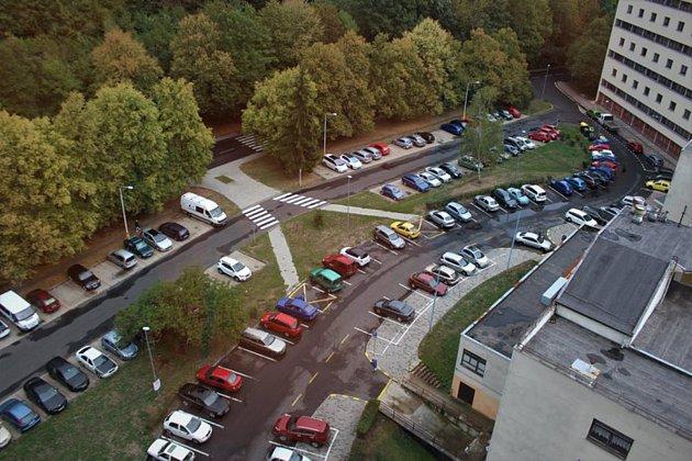 Toto parkoviště uKoldomu vLitvínov se má rozšiřovat.