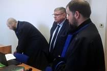 Bývalý radní Jiří Zelenka (uprostřed) se svými advokáty se přišel ve čtvrtek 5. dubna hájit k mosteckému soudu, kde čelí obžalobě pro pomluvu.